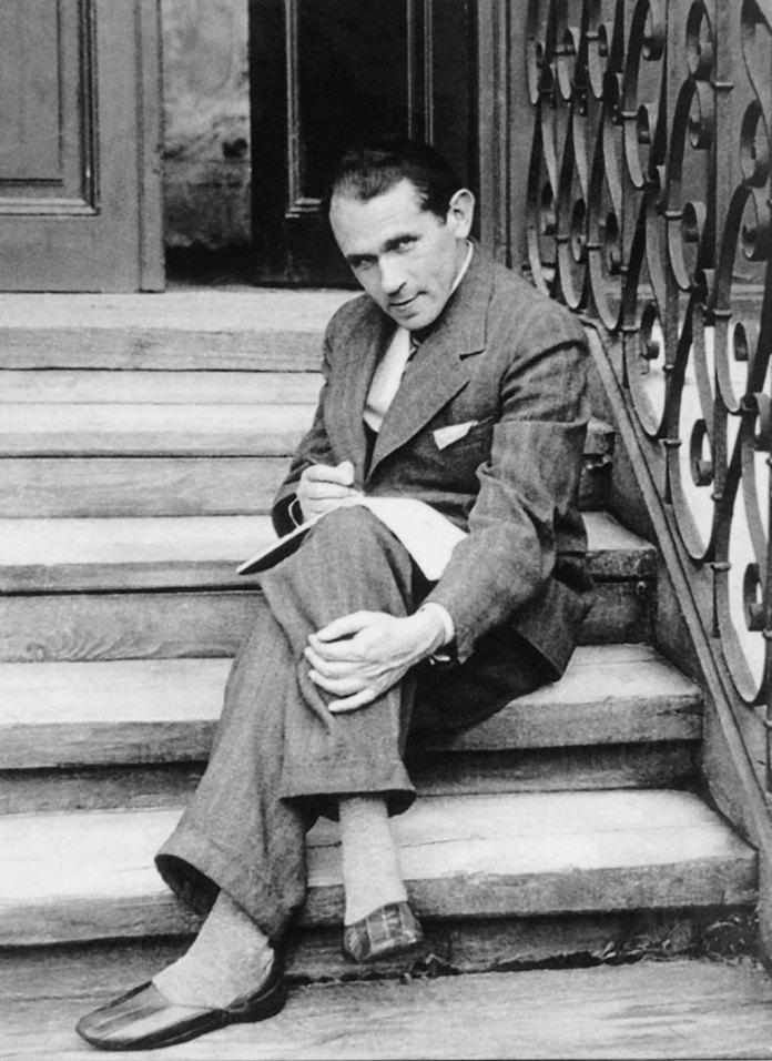 Художник і письменник Бруно Шульц народився й загинув у Дрогобичі. На знімку, який 1935-го надіслав своїй нареченій Юзефині Шелінській, він сидить на сходах свого дому. Не раз зізнавався, що черпає натхнення з дитинства в рідному місті. Змальовуючи всі закамарки Дрогобича в різні пори року, він створив власний образ світу, із фантастичними властивостями часу, простору й матерії. Писав польською
