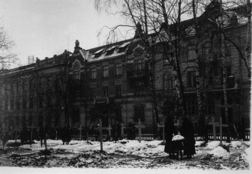 Цвинтар в подвір'ї Львівської Політехніки. Фото 1918 року