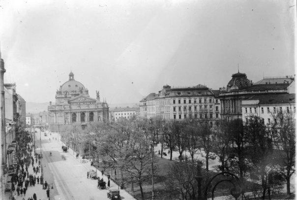 Автомобілі по проспекті Свободи їдуть по лівій стороні дороги. Фото до 1922 року