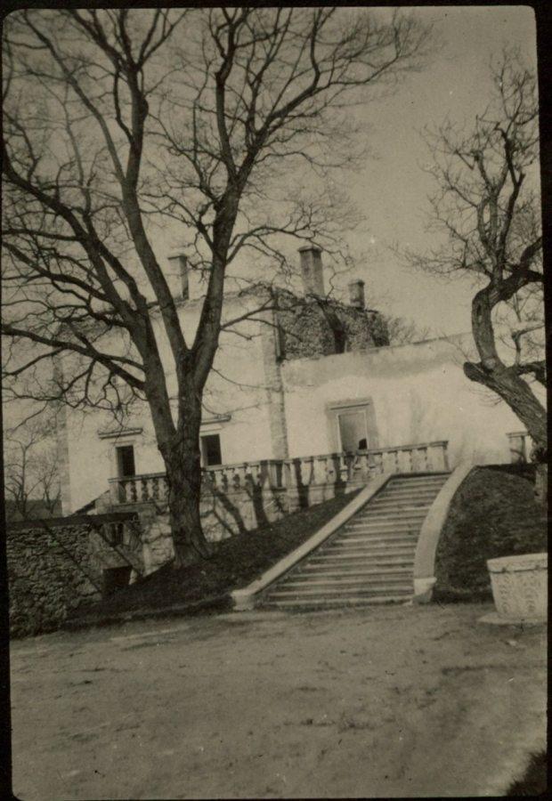 Свірзький замок. Помітно відсутність даху на будівлі, що постраждали від війни. Фото 1915 року