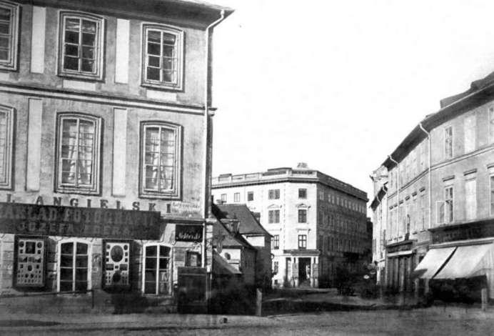 """Ліворуч готель """"Англійській"""" в дворі якого знаходилося ательє. Початок вул. Ягеллонської (нині - вул. Гнатюка). Фото ІІ пол. ХІХ ст."""