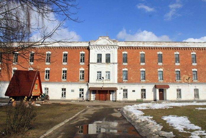 Колишня будівля в'язниці у Березі Картузькій, сучасне фото (зі сайту https://commons.wikimedia.org/wiki/File:Biaroza_prison_1.jpg)