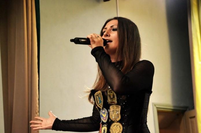 Софія Федина виконує пісню для військовослужбовців