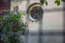 Будинок на вул. Літній, 19, ( на світлині – типове для стилю вікно-ілюмінатор) фото М. Ляхович