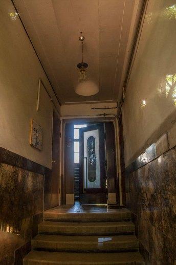 Під'їзд будинку № 14 А на вул. Котляревського, на світлині видно облицювання мармуром, фото М. Ляхович