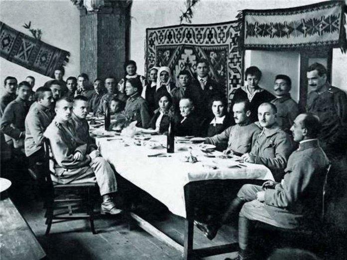 Щедрий вечір 1916-го в притулку Українських січових стрільців у Львові. У центрі сидить Іван Франко.