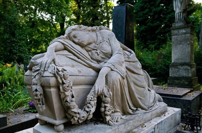 Жіноча скульптура на Личаківському цвинтарі