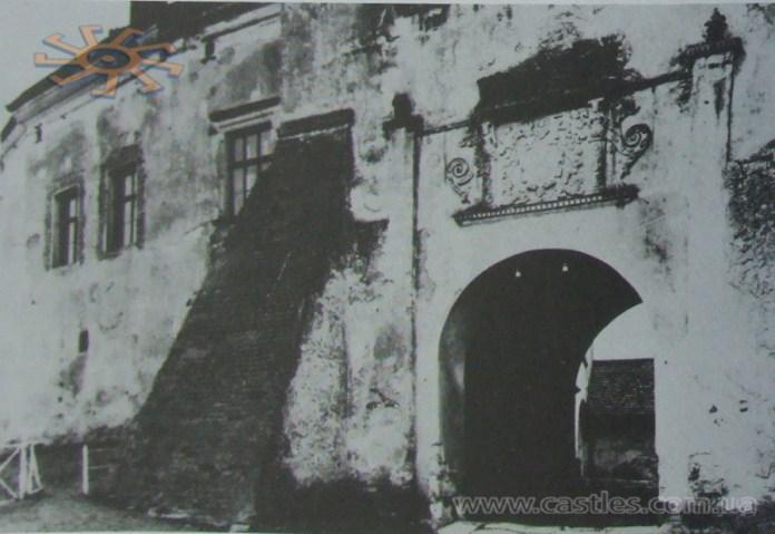 В'їзна брама Олеського замку. Вид ззовні. Фото до 1939 року
