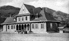 Микола Сеньковський. Залізничний вокзал, Кути, Косівщина, 1925–1930-ті рр. (зі сайту http://proidysvit.livejournal.com/61415.html)