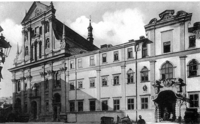 Костел і місце, де колись був колегіум єзуїтів. Фото з kameniar.lnu.edu.ua