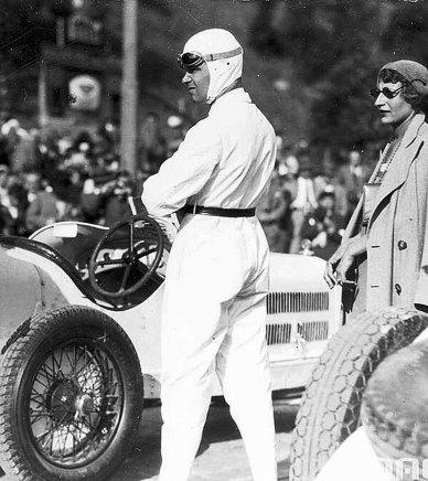 Учасник автоперегонів «Гран-прі Львова» у спеціальних окулярах та пані в сонцезахисних окулярах, 19 червня 1932 р. (зі сайту http://galsports.com)