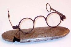 Перші окуляри в металевій оправі (зі сайту http://ochki-linzu.ru)