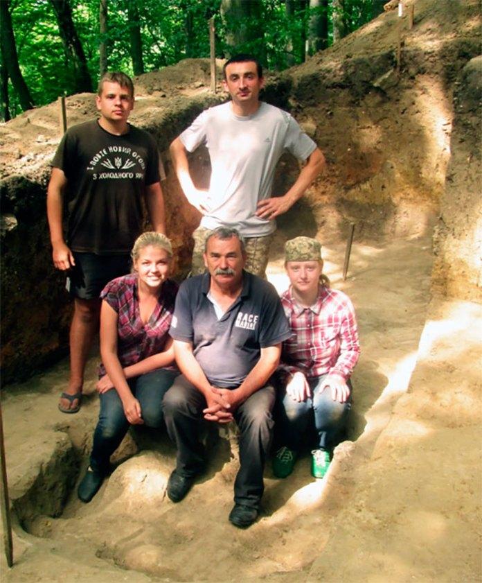 Михайло Филипчук з і студентами на розкопі. Фото: Софія Змерзла