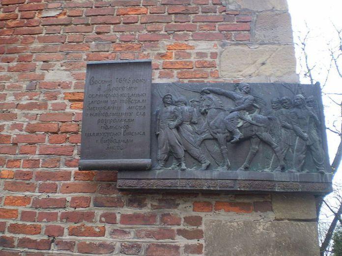 Меморіальна дошка на дзвіниці костелу. Фото:https://uk.wikipedia.org
