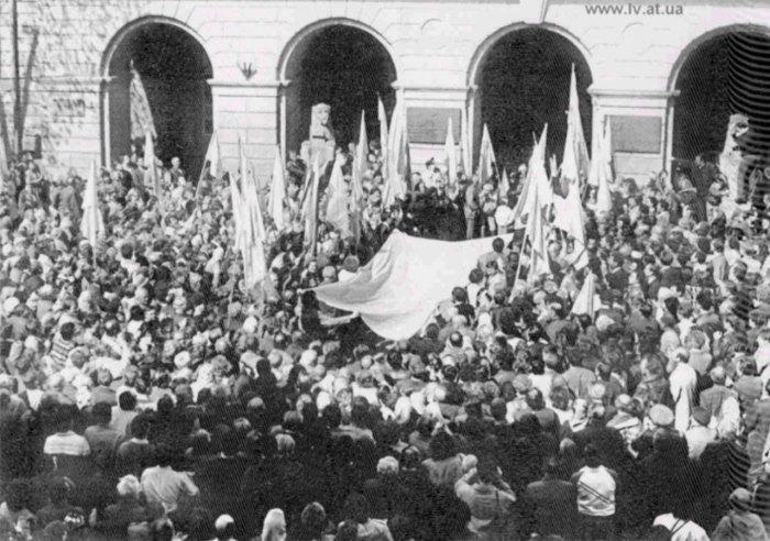 Силове внесення КЗНСУ Державного Прапора України розміром (3х6) м. у Львівську Ратушу 2 квітня 1990 р.