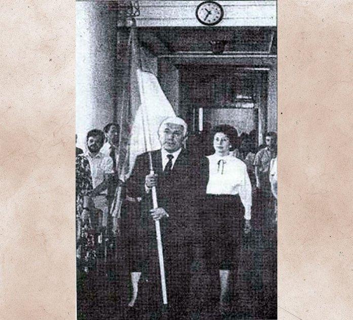 Внесення депутатами в сесійний зал Національного прапора, розміром (1,5х0,7) м., 3 квітня 1990 р. , який ніколи не майорів над Львовом.