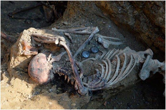 Окуляри, знайдені поруч із одним з останків. Фото – Михайло Возняк.