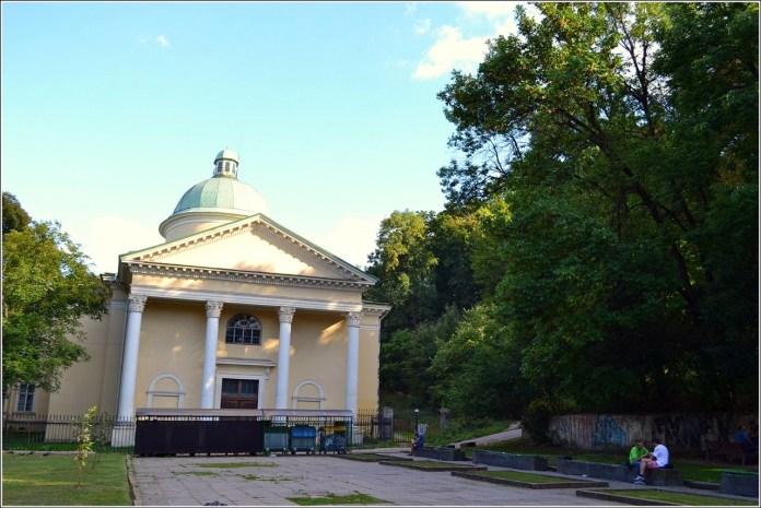 Сквер перед бібліотекою Стефаника (фото Тетяна Жернова, 2016р)
