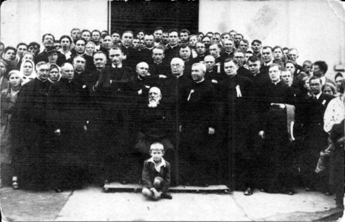 Отець Базюк (сидить посередині) після посвячення «Кооперативного дому» у Ходорові, вересень 1928 р.