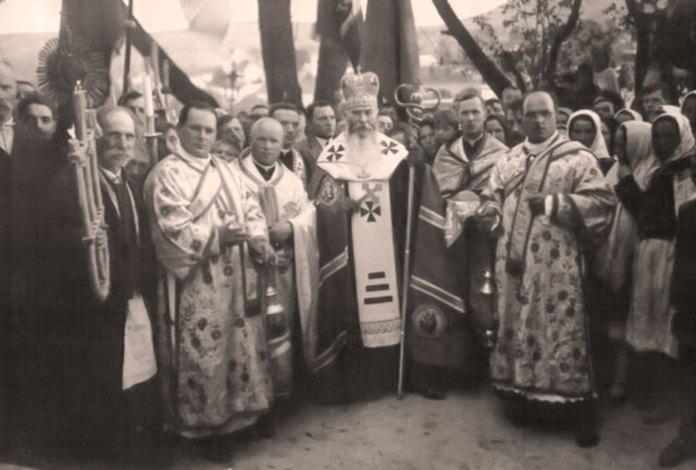 "Владика Йосафат Коциловський, ЧСВВ – єпископ Перемишльський, святитель отця Дам'яна Богуна. 1930-ті рр. - <a href=""http://www.osbm.org.ua/index.php/publikatsiyi/istoriya/854-2013-11-17-20-42-22"" target=""_blank"">http://www.osbm.org.ua/</a>"