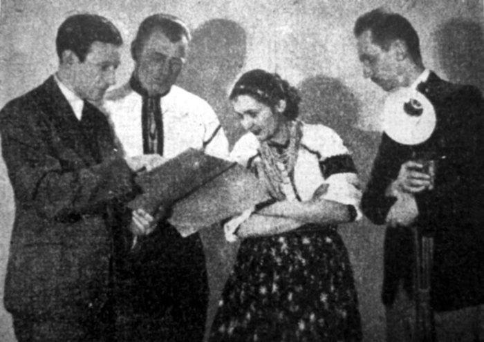 Василь Софронів-Левицький дає вказівки акторам (Андрієві Поліщуку і Марійці Сафіян), справа режисер Юліан Дорош, 1936–1938 рр. (Світло й Тінь. – 1939. – Ч. 1)
