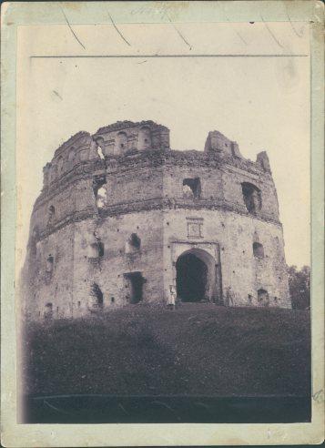 Руїни замку Гербуртів на початку 20 ст. Фото 1905 року