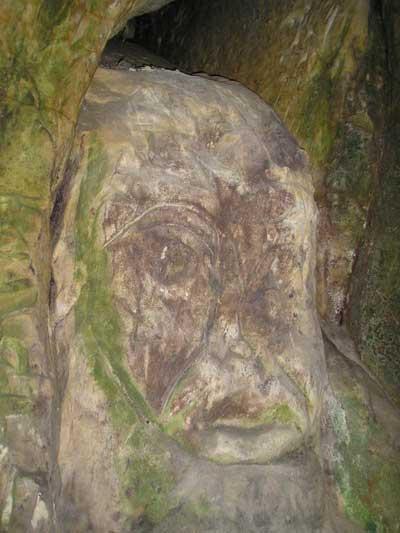 На стінах скелі та печер можна зустріти ось такі зображення та образи