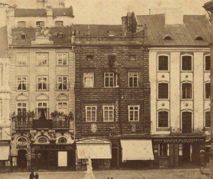 Чільний фасад «Чорної кам'яниці» перед перебудовою 1884 року.