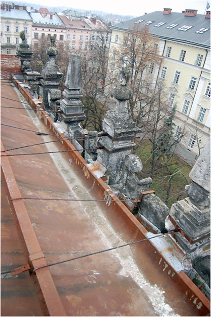 Фрагмент даху та аттика «Чорної кам'яниці» (сучасний стан)