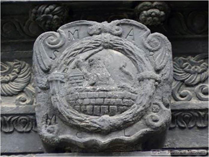 Ґмерк Мартина Анчевського над вхідним порталом «Чорної кам'яниці»