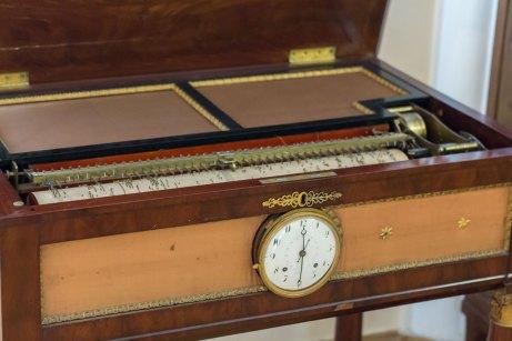 Стіл-годинник з флейтовим механізмом. Відень. Австрія. 1810-1820 роки.