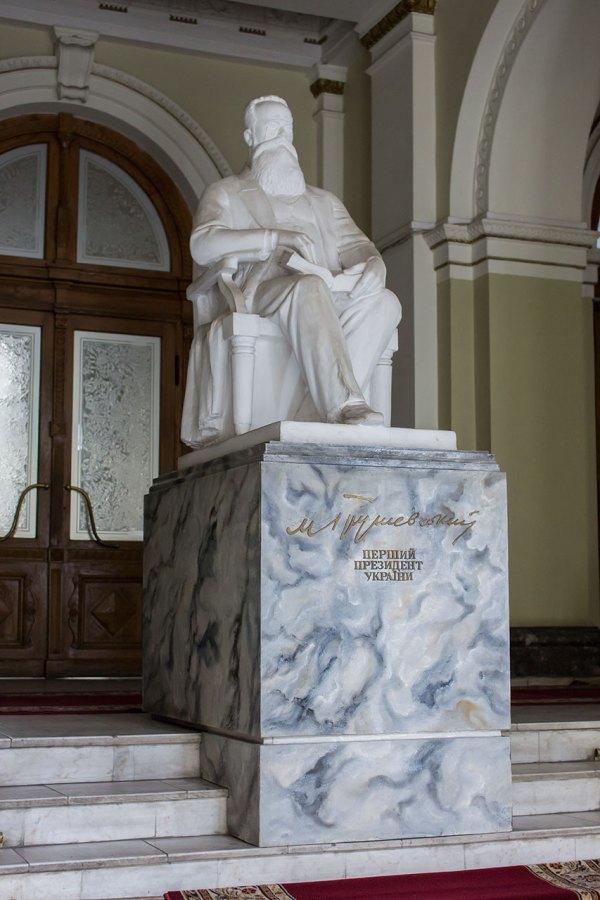 Скульптура Михайла Грушевська у фойє будику по вул. Винниченка, 18