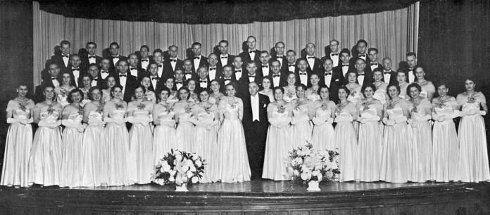 Філадельфійський мішаний хор «Кобзар» зі своїм багатолітнім диригентом Антоном Рудницьким, ймовірно, 1950–1960-ті рр. (зі сайту http://www.ukrmusic.org/entsyklopediya/k/kobzar-mishanyj-hor-filadelfiya-ssha.html)