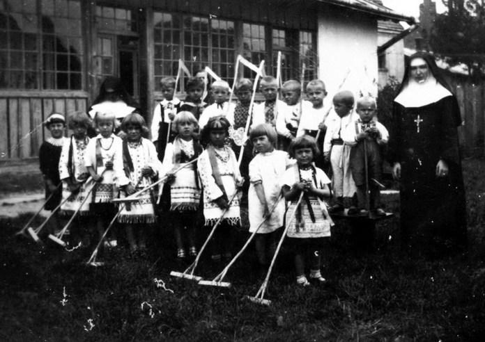 Захоронка у Бориславі, ймовірно, 1920–1930-ті рр. (зі сайту http://ssmi-ua.org)