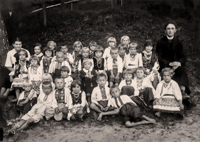 Отець Дорик з дітьми села Хоросно