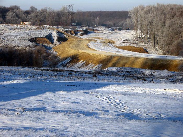 Стара ділянка дороги і живописна галявина на узліссі. Згодом тут прокладуть нову дорогу.