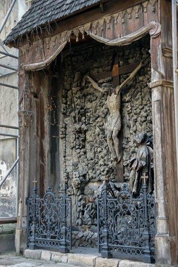 Дерев'яний вівтар «Голгофа» у Вірменському соборі у Львові перед демонтажем. Фото – А. Казберук