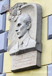 Меморіальна дошка на честь Степана Бандери в Дублянах