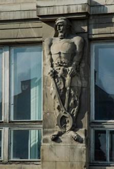 Фрагмент будівлі по вулиці Валовій. Барель'єфи З. Курчинського. Фото: Ксенія Янко