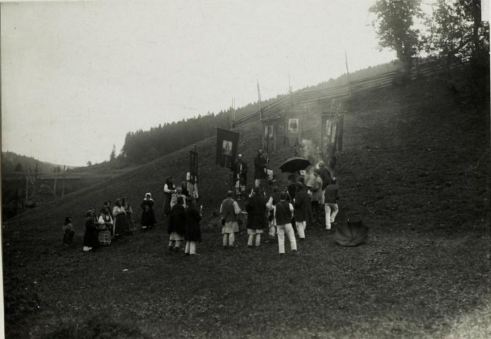 Після русинської церемонії освячення в Головецько. Галичина, початок XX століття