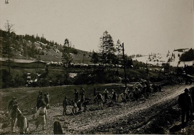 Ремонт дороги в Опорець. Галичина, початок XX століття
