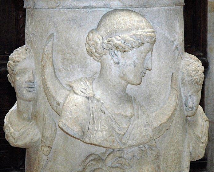 """""""Селену оточують Діоскуни"""" або Фосфор(ранкова зірка) та Гесперус (вечірня зірка), мармуровий вівтар другого століття, знайдений в Італїї, Лувр."""