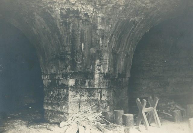 Внутрішній інтер'єр казематів Бродівського замку. Фото 1910 року