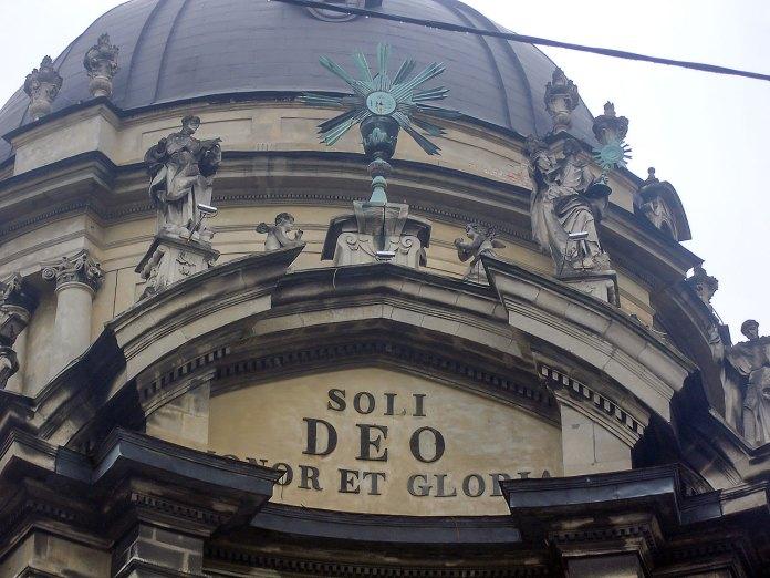 """Церква Пресвятої Євхаристії (Домініканський костел). Напис при вході гласить """"Soli Deo honor et gloria"""" (""""Єдиному Богу честь і хвала""""), Львів.Фото: Остап Лещук"""