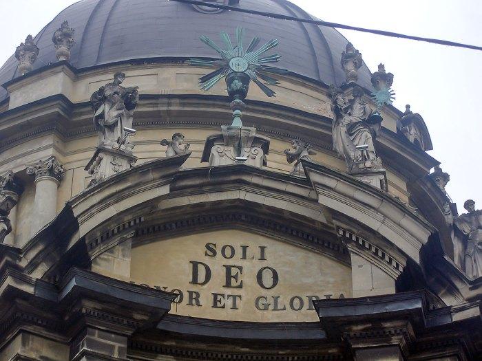 """Церква Пресвятої Євхаристії(Домініканськийкостел). Напис при вході гласить """"Soli Deo honor et gloria"""" (""""Єдиному Богу честь і хвала""""), Львів."""