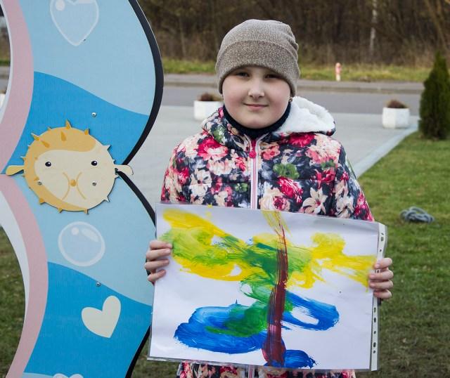 """Марічка відтепер володіє барвистою абстракцією від дельфінів """"Оскара"""". Фото: Ксенія Янко"""