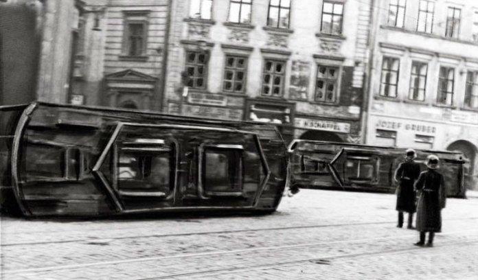 Перекинуті трамваї на вулиці Городецькій (Городоцькій). Фото 16-17 квітні 1936 року