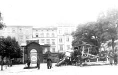 Літак на площі Св. Духа (І.Підкови), куплений на кошти громади. Фото 1930-х рр.