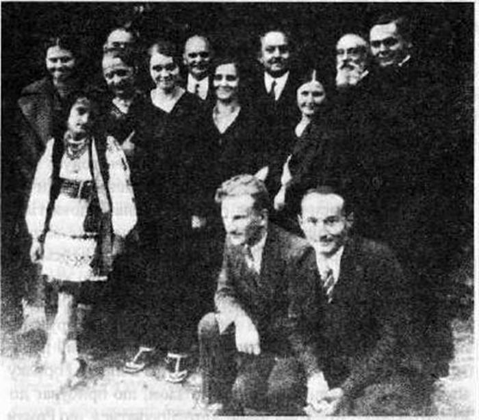 Роман Шухевич (сидить другий справа) i родина Пачовських та Березинських, 1937 р.