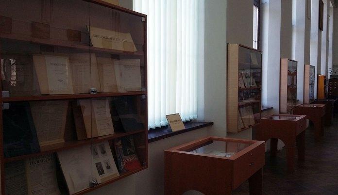 Експозиція виставки «LITTERIS ET ARTIBUS – Науками і мистецтвом» перед відкриттям.